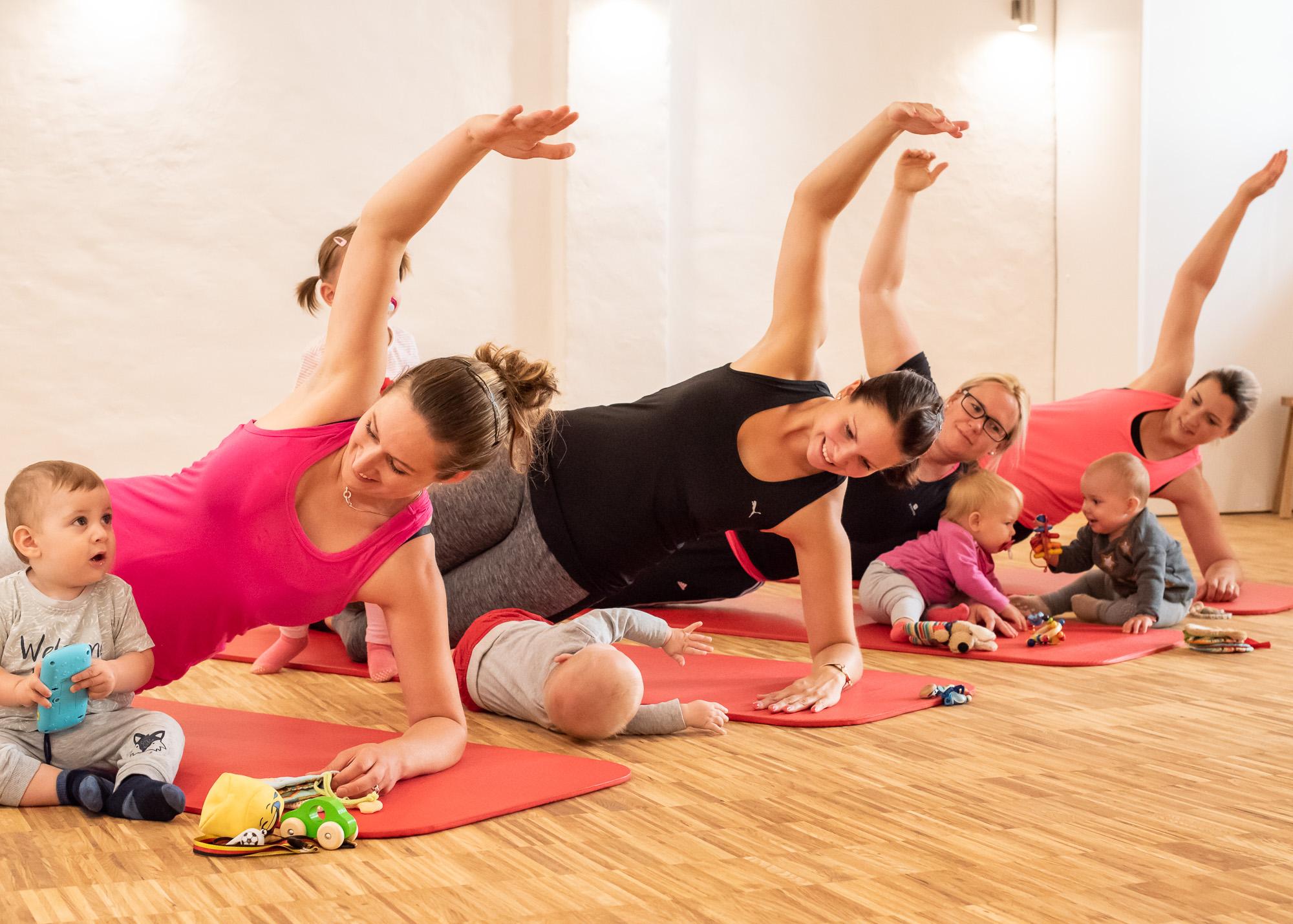 Fitnessgymnastik mit Baby